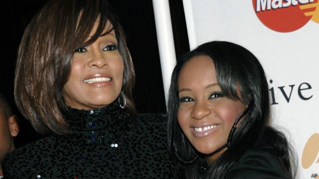 Bobbi Kristina Brown (kanan) bersama mendiang ibunya, Whitney Houston.