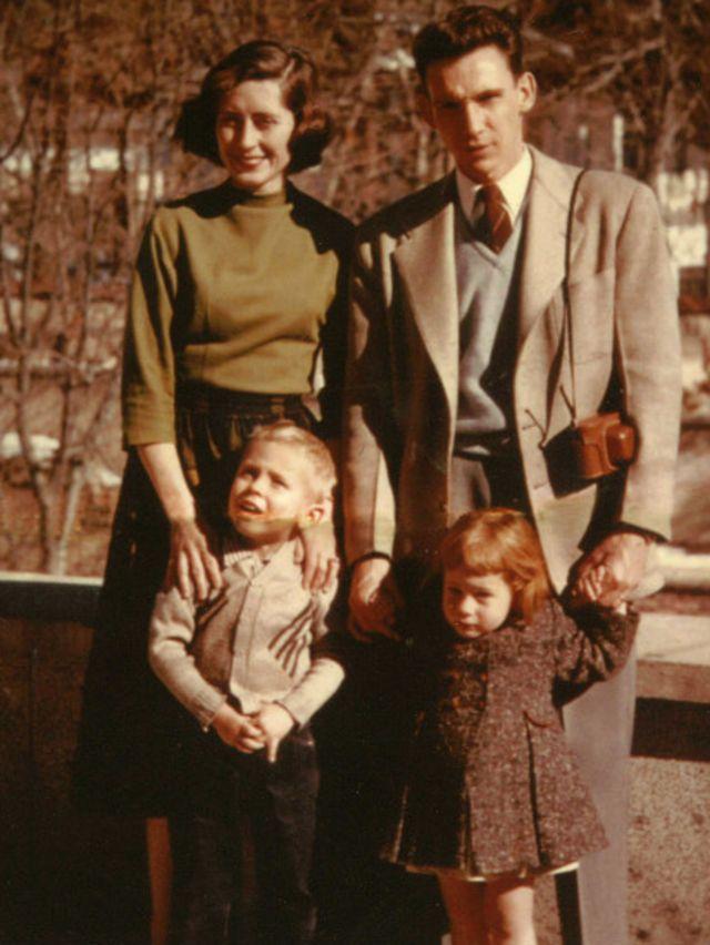 ریچارد کاتم بعد از کودتای ۲۸ مرداد دو سال به ایران اعزام شد. عکس در تهران - از مارتا کاتم (دختربچه سمت راست)