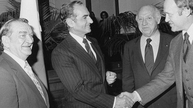 سناتور جاویتس (نفر دوم از سمت راست) رابطه خوبی با خانواده پهلوی داشت. او در مدت هشت روز اولین قطعنامه سنای آمریکا علیه دادگاههای انقلاب را به مرحله رأیگیری و تصویب رساند