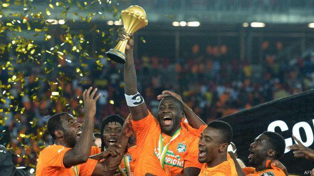 اللاعب الإيفواري، يايا توريه، يرفع كأس الأمم الأفريقية بعد فوز المنتخب بالبطولة