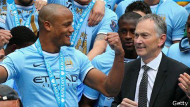 El capitán del campeón de Inglaterra, Vicent Company, junto a Richard Scudamore, el director ejecutivo de la Liga Premier.