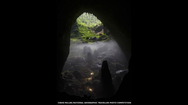Un grupo comienza a escalar un sumidero en Son Doong. Chris Miller