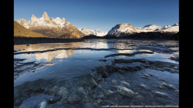 El río (Río de las Vueltas) se funde y se refleja la montaña Fitz Roy. Claire Carter