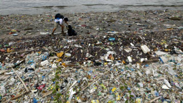 Solusi meredam peredaran sampah plastik ialah menghentikan pemakaian barang plastik sekali pakai.