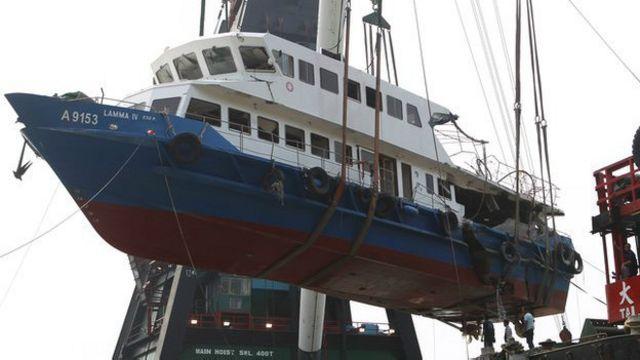 Kapal Lamma IV yang berhasil diangkat ke permukaan setelah kecelakaan yang mewaskan 39 orang.