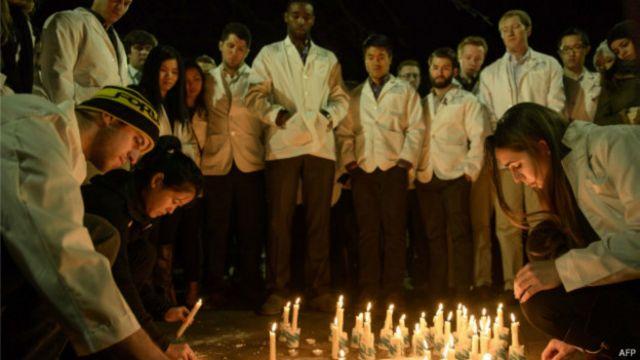 Vecinos y estudiantes en la ciudad de Chapel Hill, en Carolina del Norte, celebraron vigilias por las víctimas.