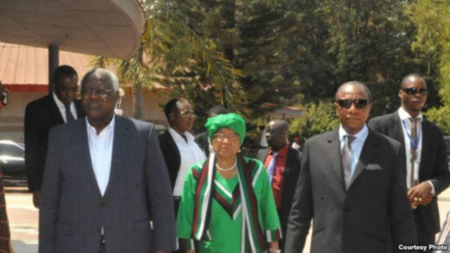 Le président guinéen Alpha Condé (D), le président Ernest Bai Koroma de Sierra Leone (G) et de la présidente libérienne Ellen Johnson Sirleaf (C_