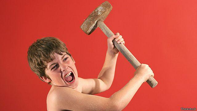Niño con martillo