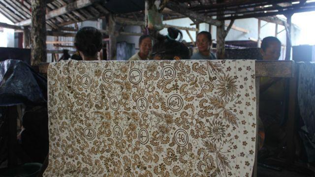 Motif burung Merak dan aksara Cina digunakan oleh Batik Sekar Kencana.