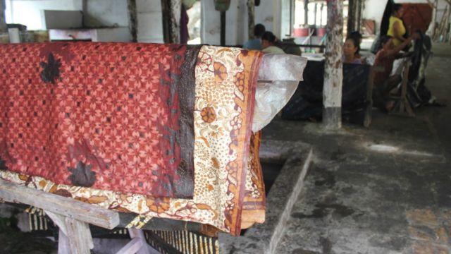 Batik dikeringkan setelah proses pewarnaan