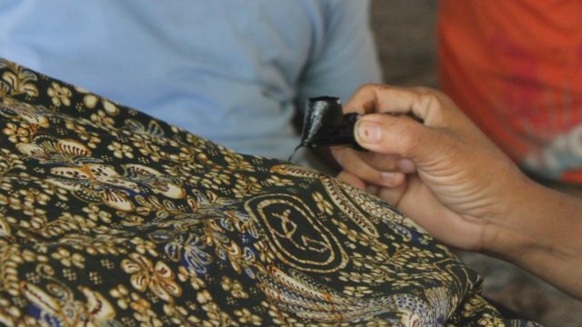 Batik tulis yang dihasilkan Sekar Kencana menggunakan motif bunga dan aksara Cina