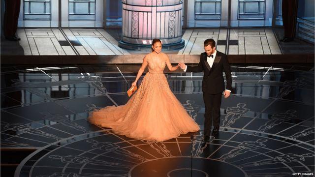 جنیفر لوپز و کریس پاین نخستین برنده اسکار ۲۰۱۵ را معرفی کردند. بهترین طراحی لباس برای هتل بزرگ بوداپست