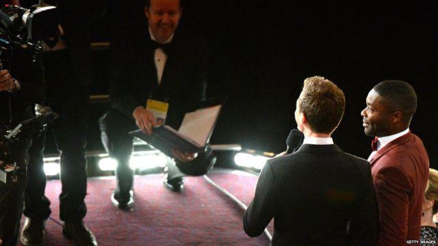 مجری برنامه دیوید اویلووو٬ بازیگر سلما را از جایش بلند کرد و از او خواست نوشتهای را با لهجه بریتانیاییاش بخواند