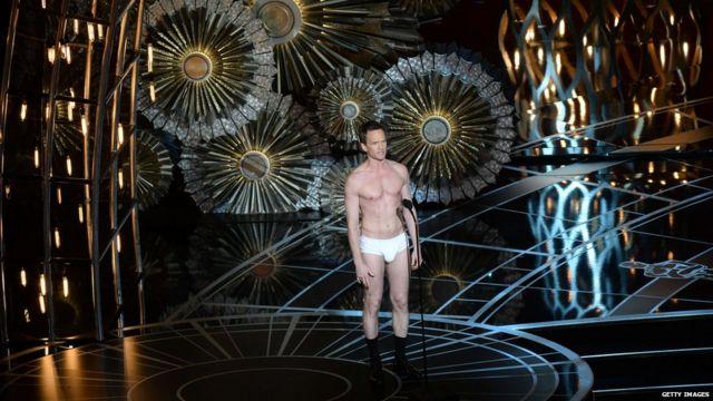 نیل پاتریک هریس به طنز مانند مایکل کیتون در بخشهایی از بردمن٬ با یک لباس زیر به روی صحنه رفت