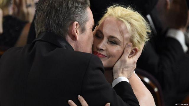 ایتان هاوک٬ بوسهای بر گونه همبازیش در فیلم پسربچگی میزند. پاتریشیا آرکت پس از گرفتن جایزه بهترین بازیگر نقش مکمل زن خواهان برابری دستمزد زنان و مردان در آمریکا شد