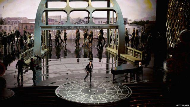 کامان و جان لجند ترانه افتخار را اجرا کردند. این ترانه که در فیلم سلما اجرا شد٬ جایزه بهترین ترانه اریژینال را  گرفت