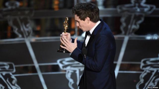 ادی ردمین برای بازی در نقش استیون  هاوکینگ در فیلم تئوری همه چیز اسکار بهترین بازیگر مرد را گرفت