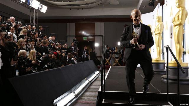 جی کی سیمونز که بسیاری از جوایز سینمایی را برای بازی در نقش یک معلم موسیقی سختگیر در فیلم ویپلش گرفته بود٬ در اسکار هم بی نصیب نماند