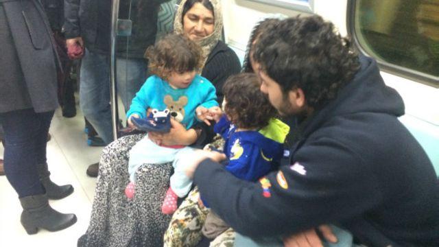 Halep'ten kaçıp ailesini İstanbul'a getiren Muhammed, izbe bir otel odasına günde 60 lira verdiklerini söylüyor.