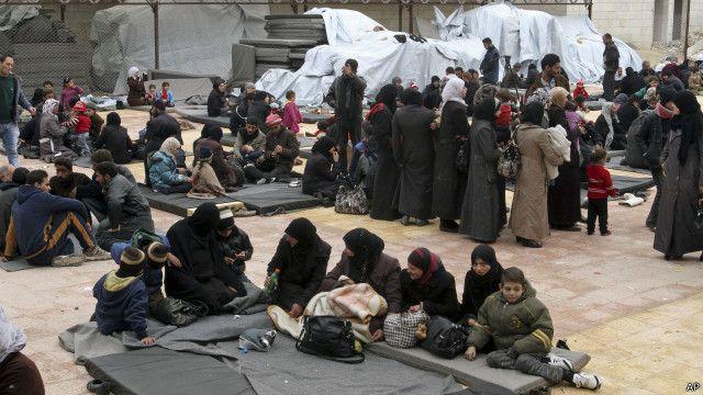 أسر سورية فرت من القتال ولجأت إلى أحد المآوي المؤقتة في إحدى ضواحي العاصمة السورية دمشق.