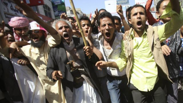 Husi karşıtı gösteriler, milisler tarafından şiddet kullanılarak bastırılıyor.