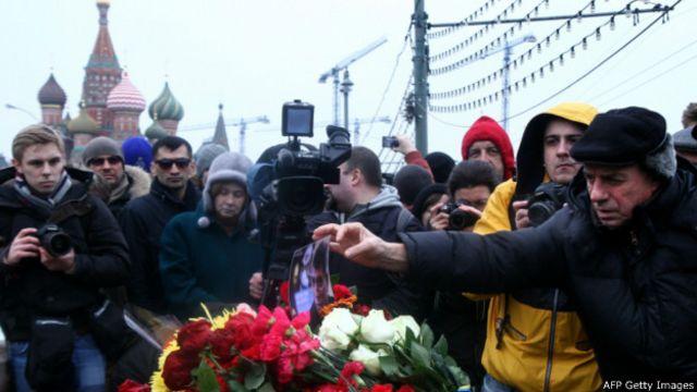 Люди возлагают цветы на месте, где был убит Борис Немцов