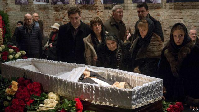 Друзья и родственники у гроба Немцова