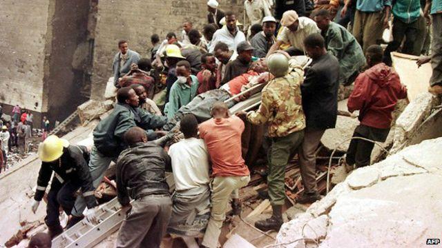 Socorro após ataque à embaixada americana em Nairobi (Foto: AFP)