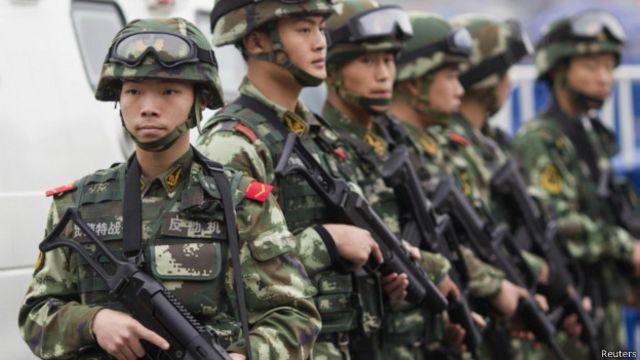 武警在广州火车站巡逻