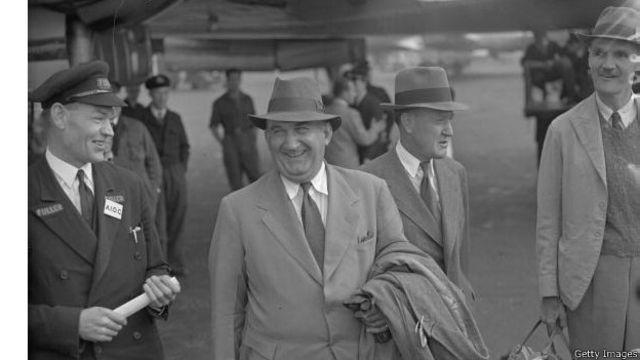کنت راس مدیر کل شرکت نفت ایران و انگلیس در بازگشت به کشورش پس از خلع ید (هشتم اکتبر ۱۹۵۱)