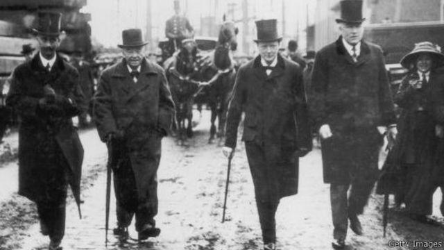 وینستون چرچیل (نفر دوم از راست) در زمان وزارت دریاداری بریتانیا ۱۹۱۱