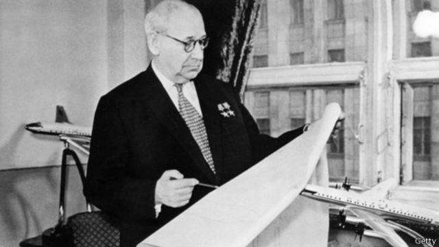 """صمم المهندس الروسي أندريه توبوليف طائرته من طراز  """"توبوليف تو-95"""" (أو الدب) في خمسينيات القرن الماضي، ولا تزال في الخدمة حتى يومنا هذا"""