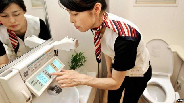 日本高科技馬桶,這一款可以檢查血壓、尿蛋白、體重等