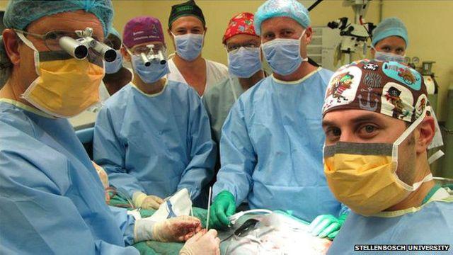 Tim dokter dari Universitas Stellenbosch dan Universitas Tygerberg di Afrika Selatan bergabung untuk melakoni operasi.