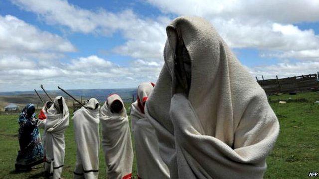 Praktik sunat tradisional berlangsung sampai sekarang di Afrika Selatan.