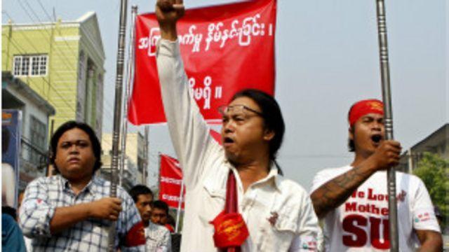 ဆန္ဒပြကျောင်းသားတွေ အကြမ်းဖက် ဖြိုခွင်းခံခဲ့ရမှုကို ကန့်ကွက်ကြောင်း မန္တလေးမြို့လည်မှာ ဆန္ဒ ထုတ်ဖော်ခဲ့ကြ