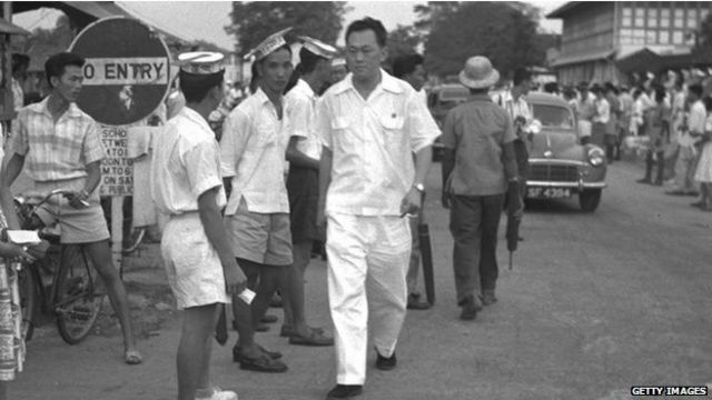 Lee mantuvo un férreo control político sobre cada aspecto del Estado, convirtiendo al país en uno de los más regulados del mundo.