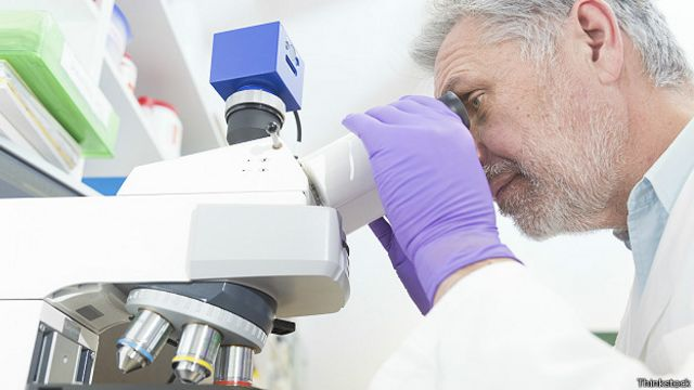 Над микроскопом