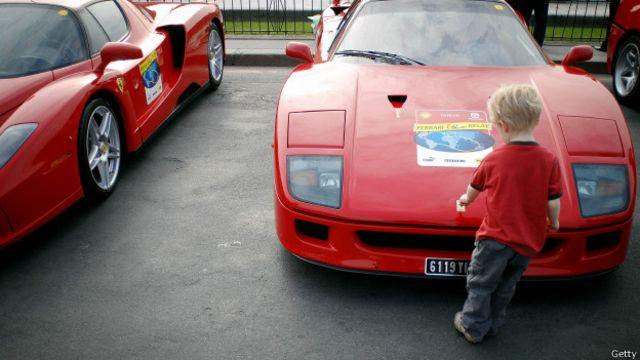 Un niño frente a un Ferrari F40