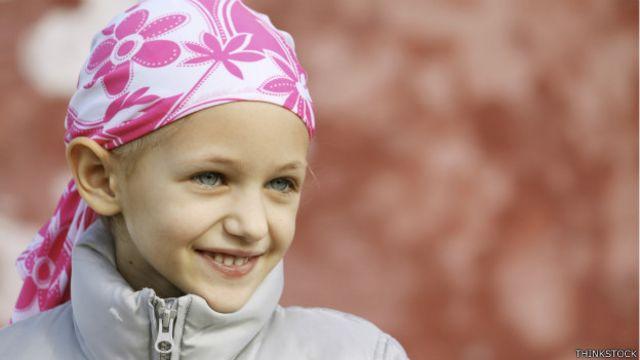 Un niño con un pañuelo en la cabeza