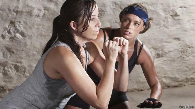 Los ejercicios intervalos combinan períodos de una actividad física de mucha intensidad con fases de recuperación.