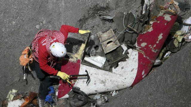 Seluruh sisa tubuh korban sudah dipindahkan dari jurang tempat jatuhnya pesawat.