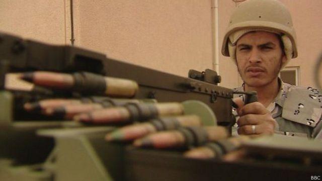 Soldado saudita manipula armamento pesado: Arábia Saudita é um dos principais compradores de armas do Ocidente