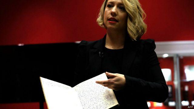 Una funcionaria de Bonhams muestra el manuscrito
