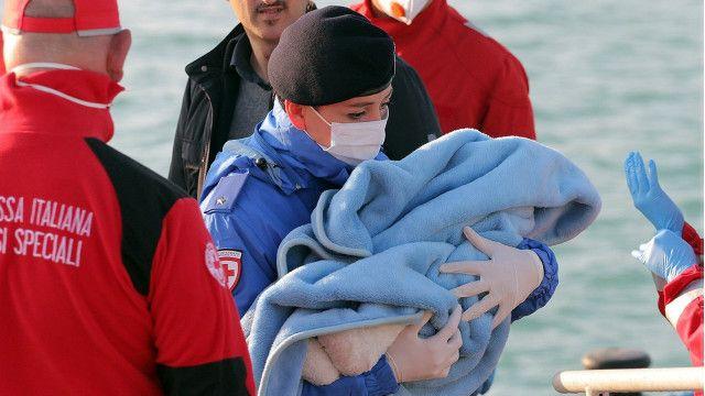 استطاع خفر السواحل الايطالي انقاذ 144 شخصاً من بينهم رضع