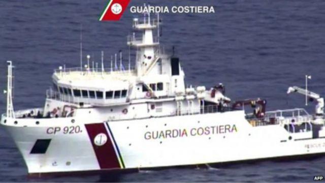 يقوم حرس السواحل الإيطاليون بالبحث عن ناجين أو جثث الضحايا في البحر الأبيض المتوسط