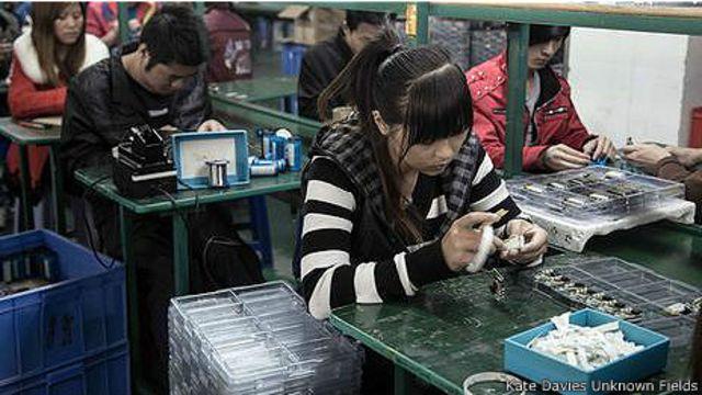 Сборка mp3-плееров на фабрике в Китае