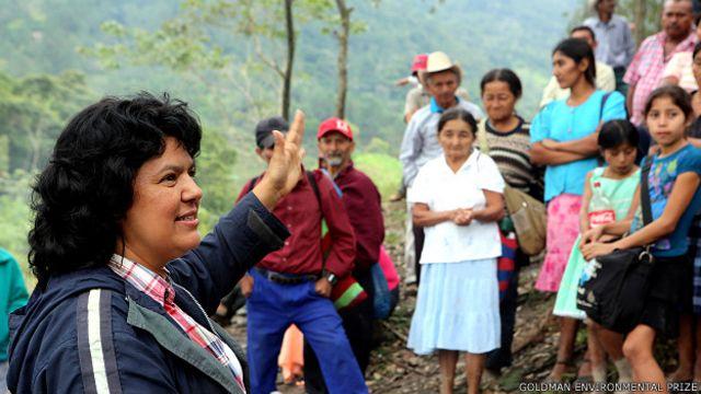 Berta Cáceres en una comunidad lenca