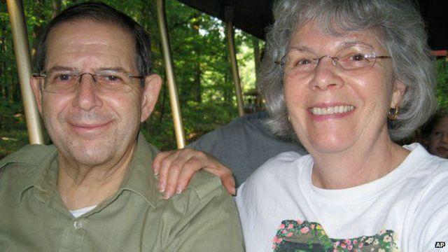 در این عکس وارن واینستین که از سال ۲۰۱۱ گروگان القاعده بود با همسرش ایلین دیده می شود