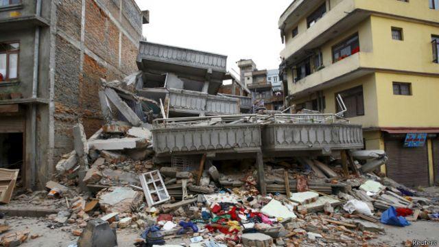 Разрушенное здание в Катманду